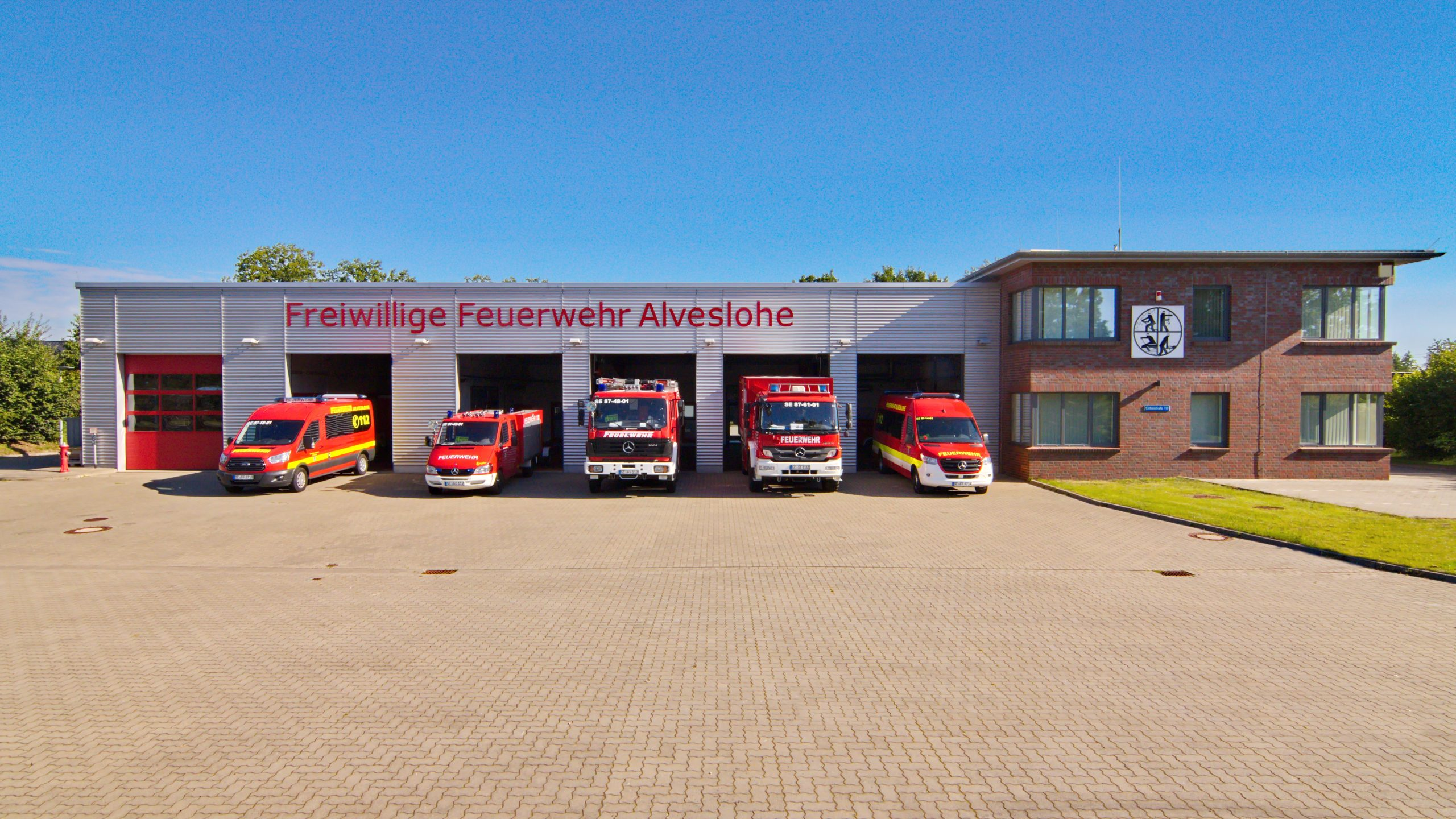 Das Feuerwehrhaus und die dazugehörigen Fahrzeuge.